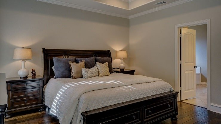 Classic Small Bedroom Design With Wood Tones
