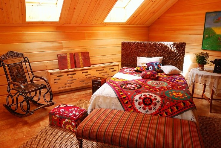 African Themed Bedroom With Upholstered Bench