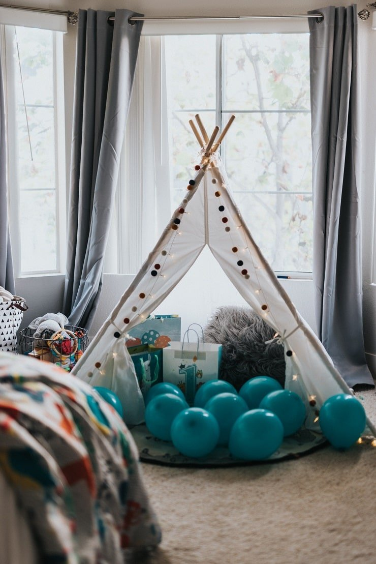 10 Year Old Girl's Bedroom With Display Tent